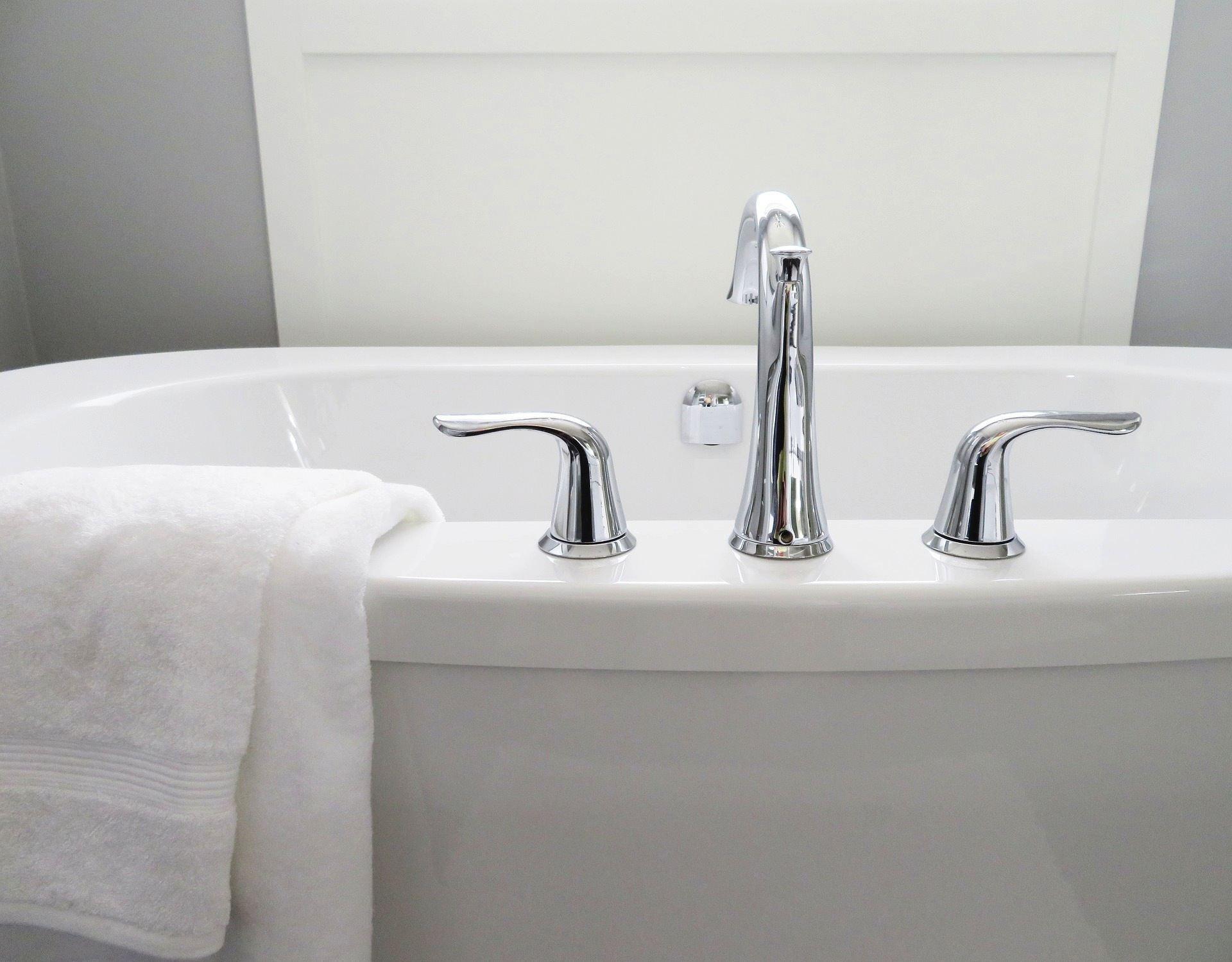 Badewanne und Dusche zum Glänzen bringen