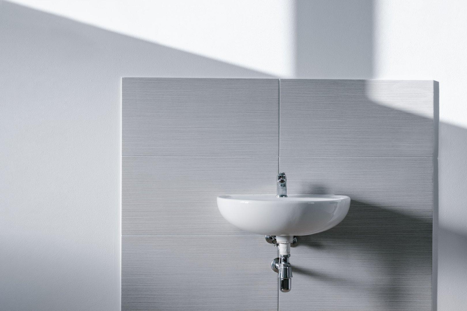 So entfernen Sie den Schimmel im Bad und beugen der Neuentstehung direkt vor